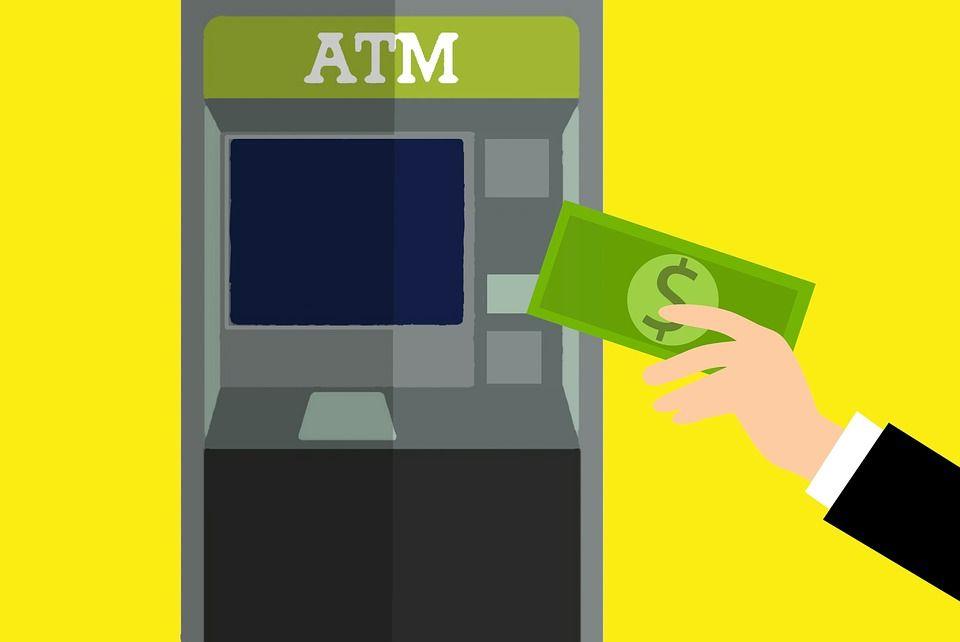 Bancomat regala soldi durante il prelievo, clienti in fila per incassare il 'jackpot'