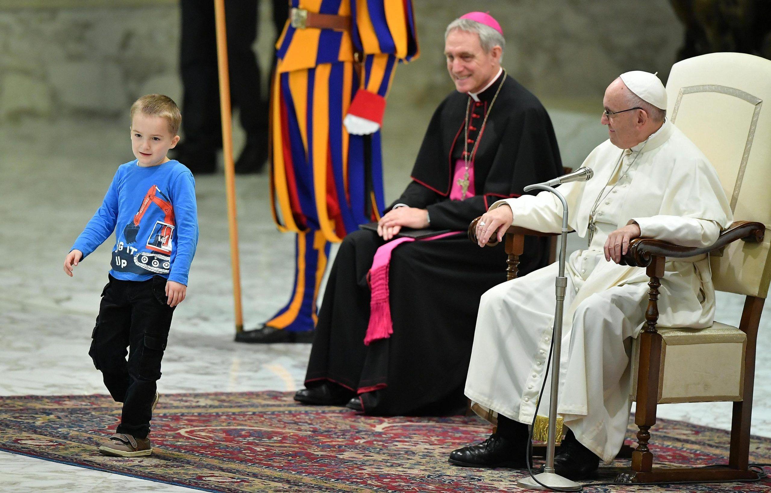Bimbo corre sul palco, il Papa: 'E' argentino, è indisciplinato'. Poi svela 'E' muto ma comunica'