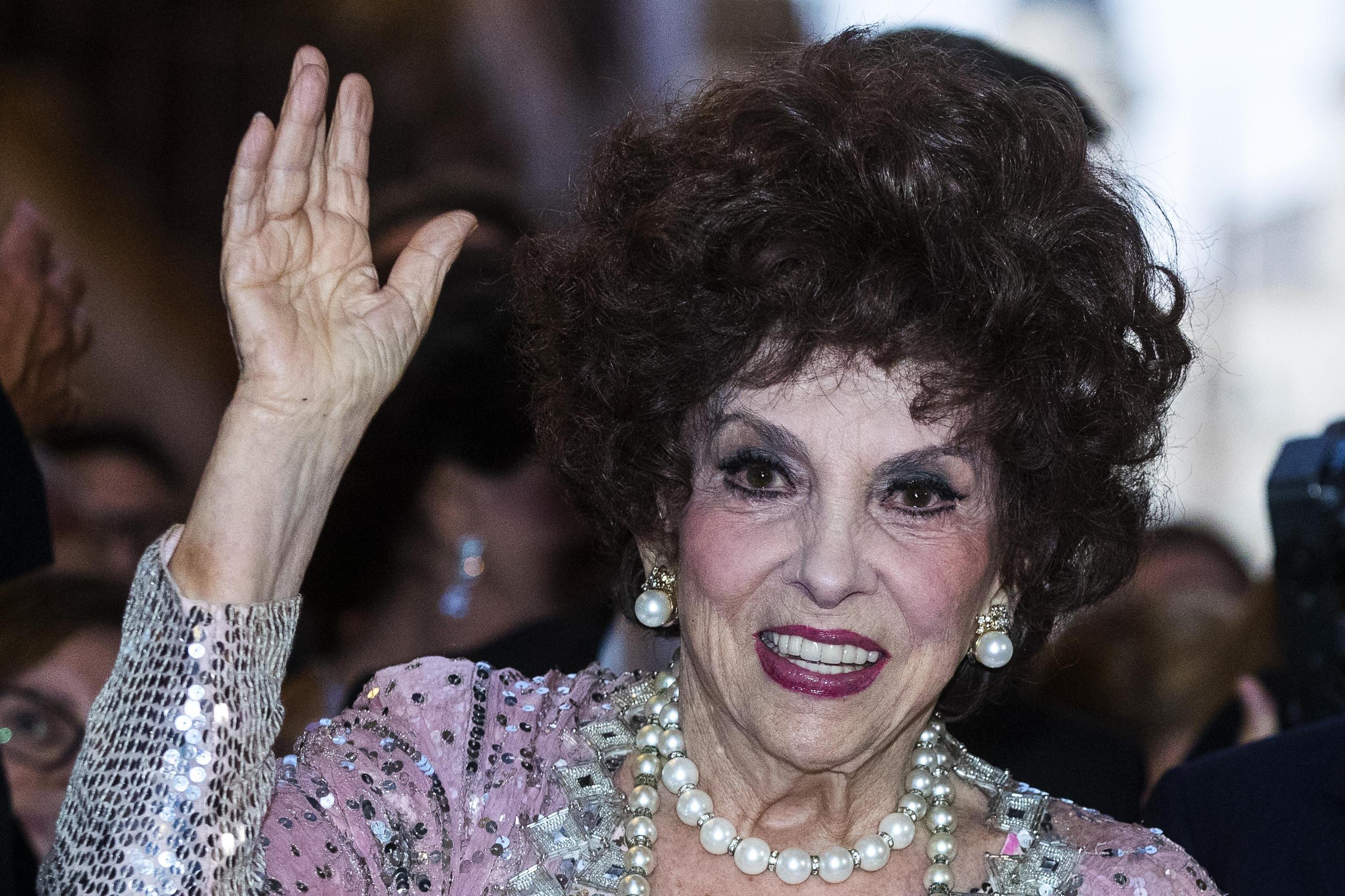 Gina Lollobrigida a 91 anni mangia patatine fritte di un fast food: il video è virale