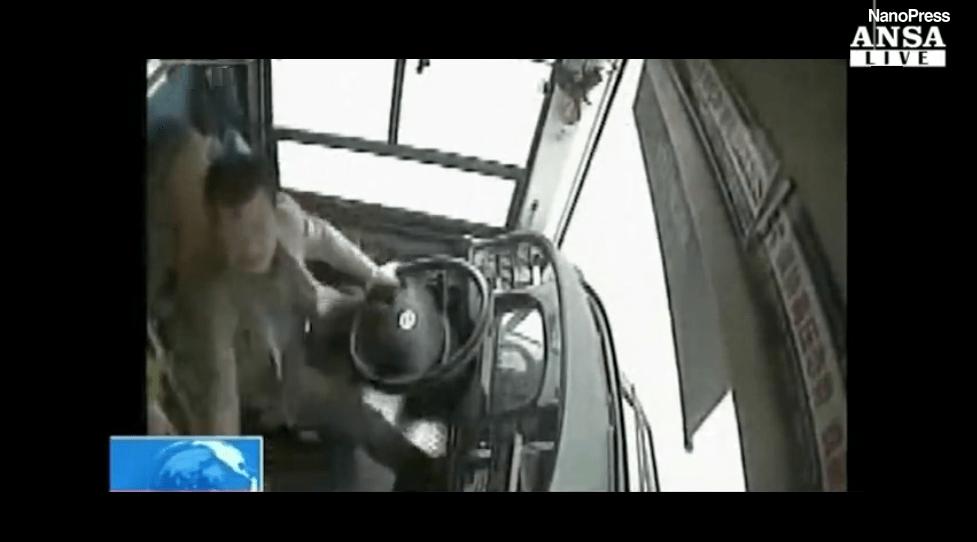 Autista litiga con la passeggera, il bus precipita nel fiume: 13 morti e 2 dispersi