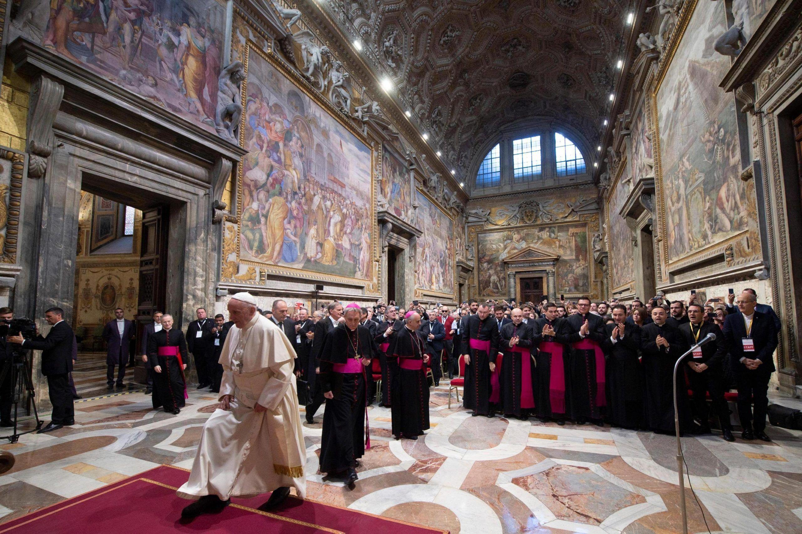 Il Papa: 'Se le chiese sono vuote vendiamole e aiutiamo i poveri'