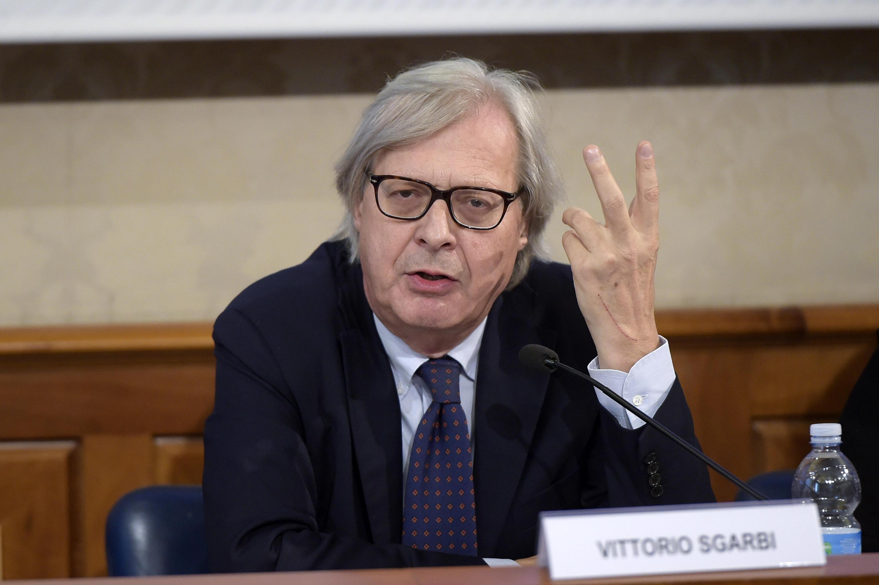 Vittorio Sgarbi indagato per spaccio di opere d'arte false