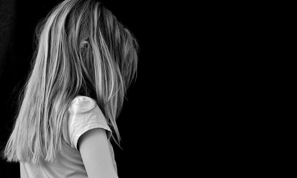 Fa prostituire i figli di 3, 4 e 7 anni: tra i clienti un carabiniere