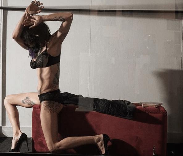 Asia Argento all'interno di una teca al Vittoriano: l'attrice esposta come opera d'arte