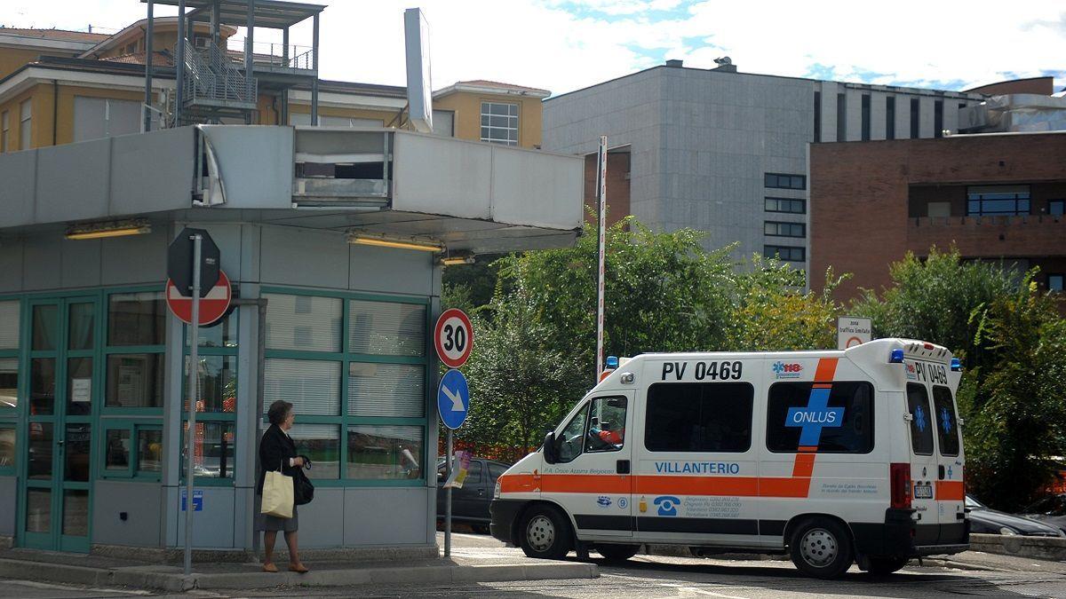 Spruzzato spray al peperoncino, panico in una scuola di Pavia: 30 studenti in ospedale