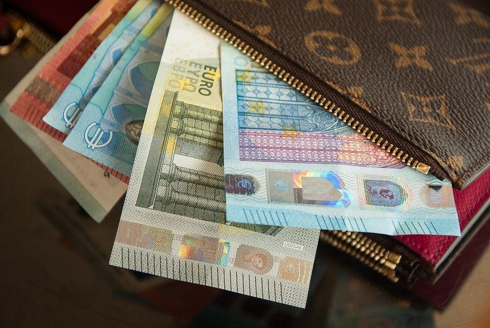 Trova una borsa con 1750 euro e la restituisce: per lui un panettone in dono