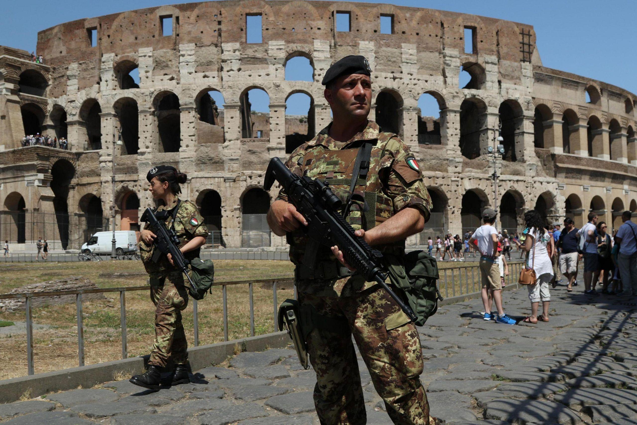 Roma, 38enne marocchino tenta di incendiare un blindato davanti al Vaticano