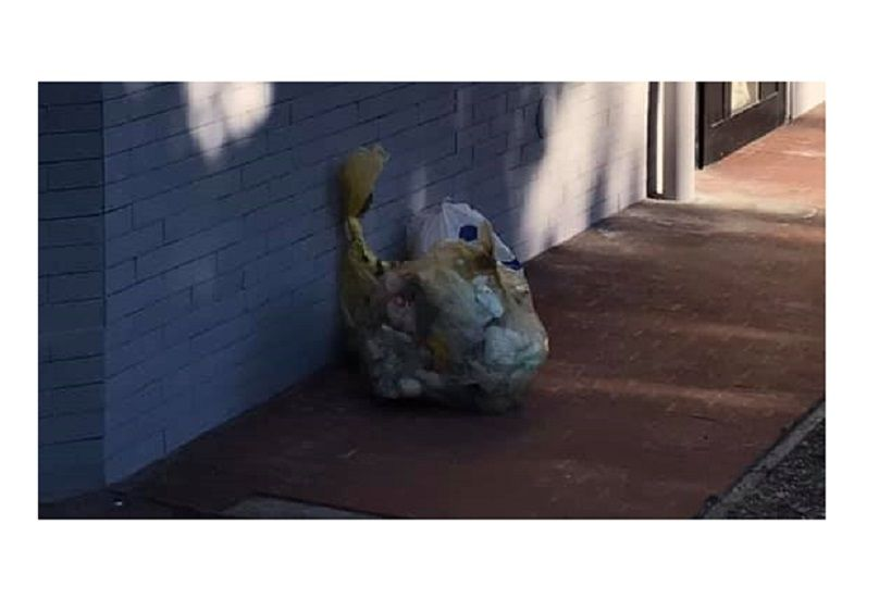 Lascia i rifiuti per strada, il sindaco prende i sacchetti e glieli riporta a casa