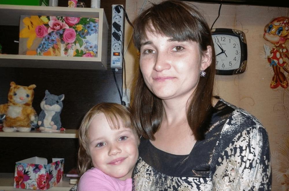 Si butta dal 12° piano con la figlia in braccio, la nonna tenta di fermarle: morte tutte e tre