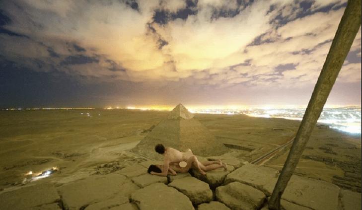 Nudi si accoppiano sulla piramide di Cheope, la foto indigna l'Egitto