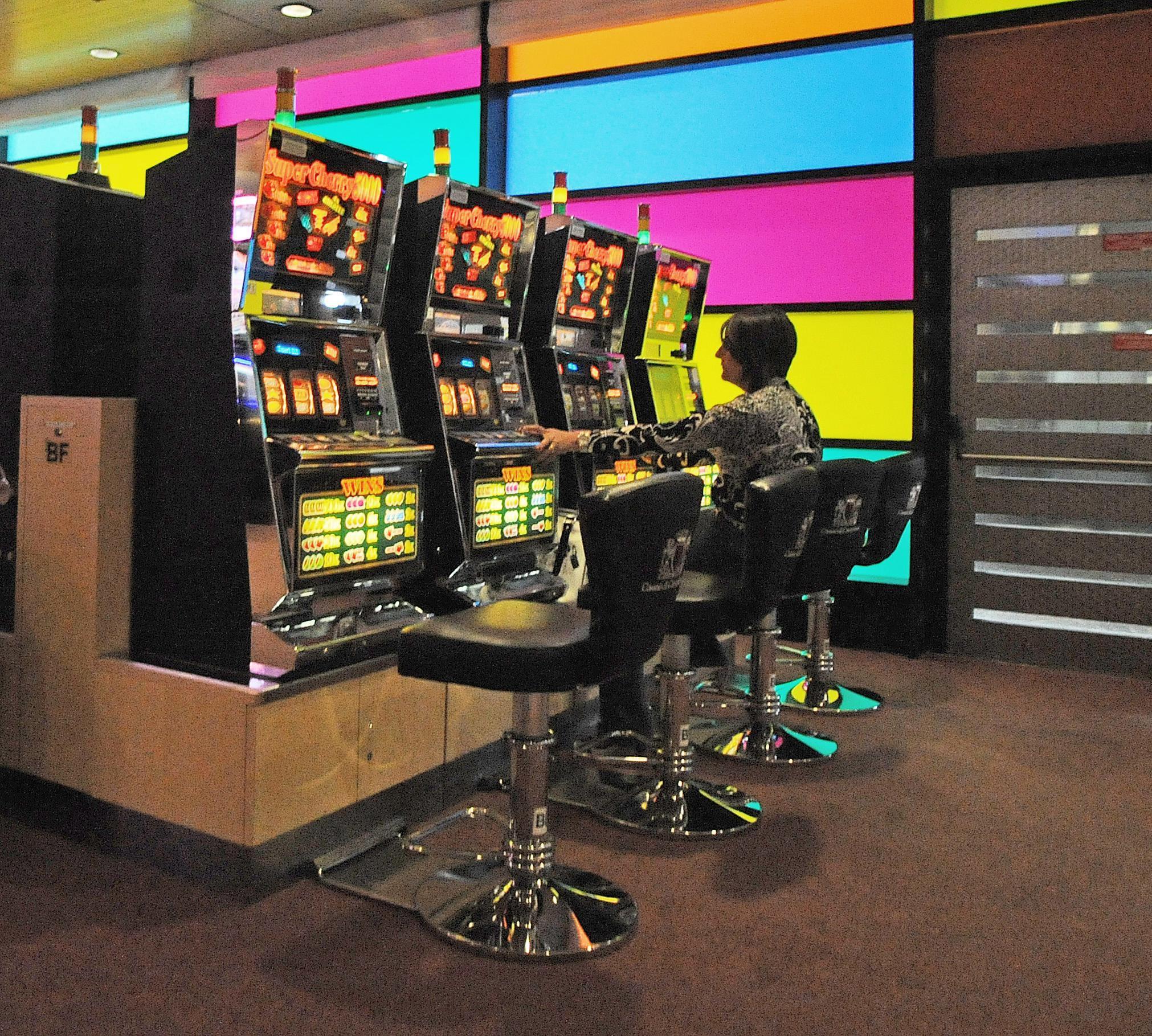 """Chiedeva soldi ai parrocchiani per le slot machine, prete trasferito: """"Ci ha derubati"""""""