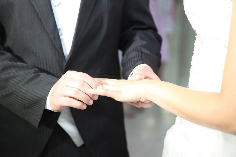 Sposa l'uomo conosciuto online, poi scopre che ha altre mogli e 13 figli