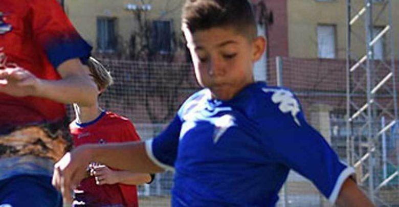 L'avversario sviene in campo, baby calciatore eroe gli salva la vita
