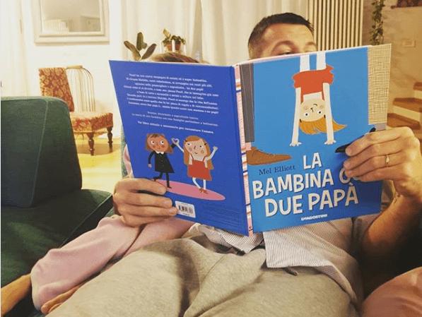 Alessandro Cattelan legge alla figlia 'La bambina con due papà': pioggia di critiche