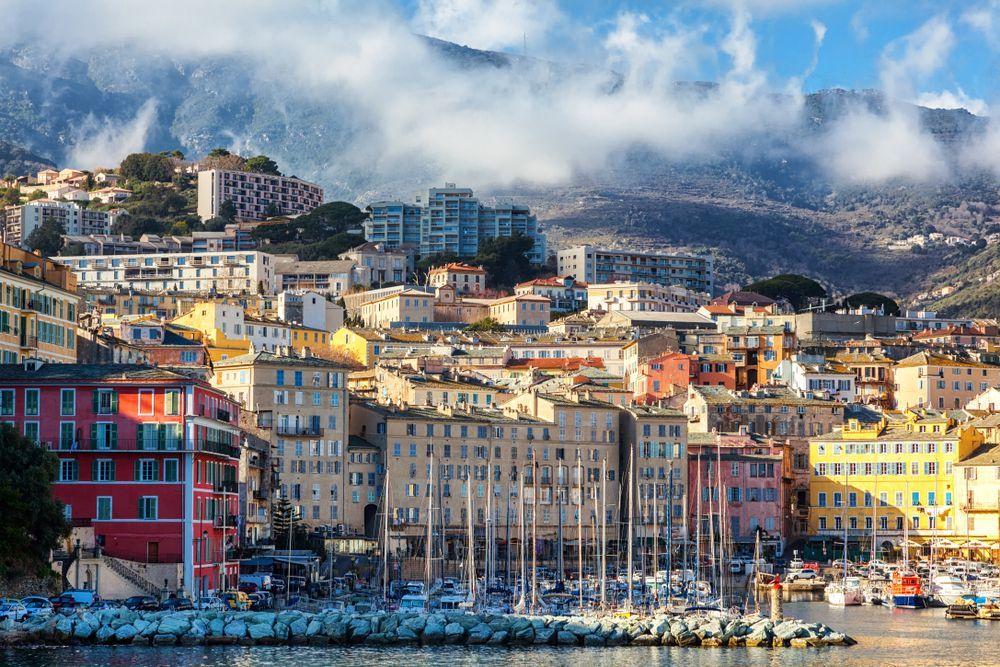 Corsica, 70enne spara sui passanti e si barrica in casa