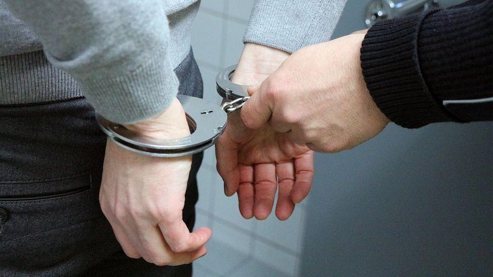 Poliziotto placa una rissa durante un'orgia e ci trova la moglie