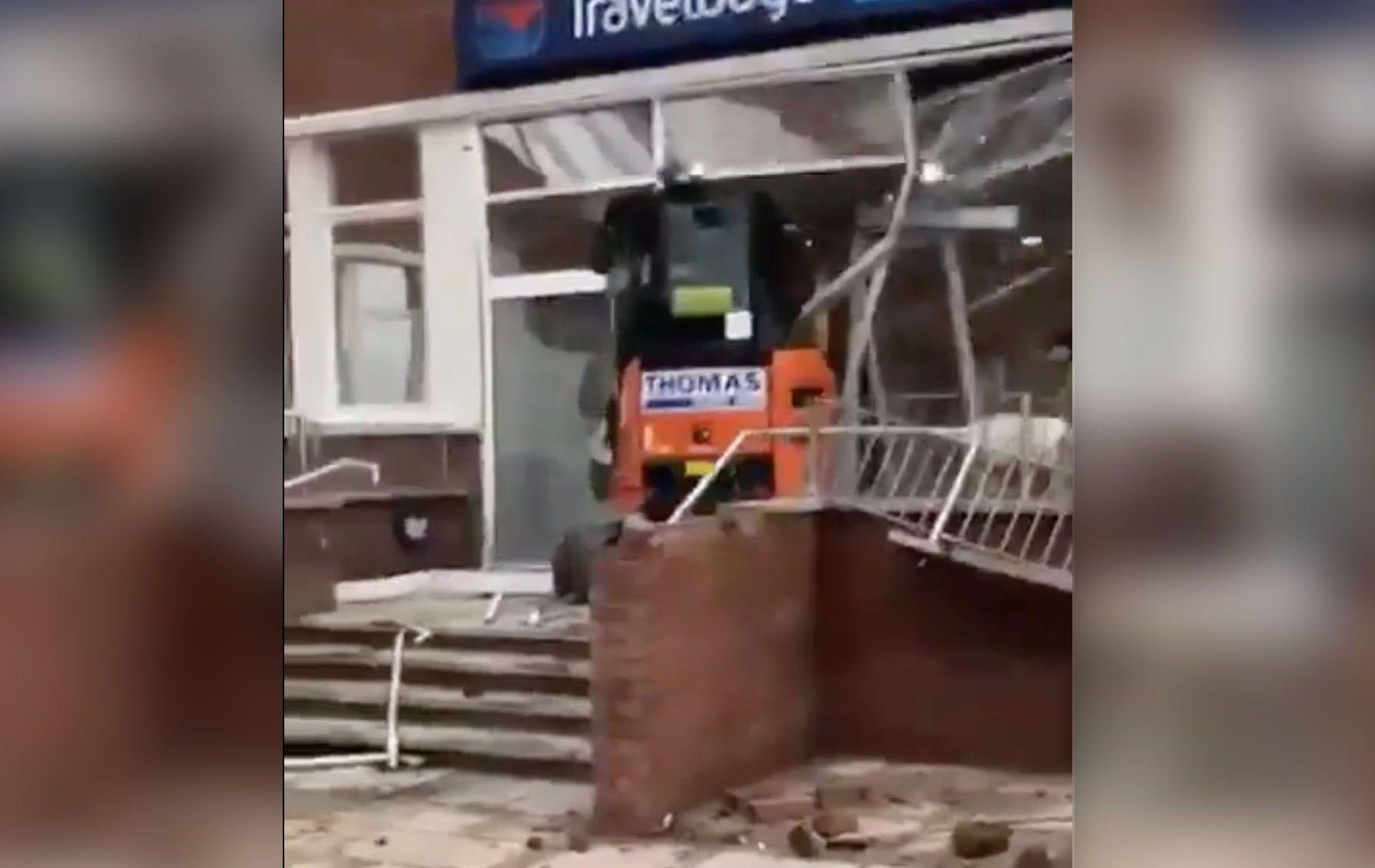 Non riceve lo stipendio, operaio distrugge l'hotel da inaugurare