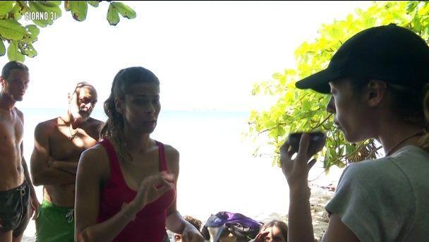 Isola 14, Ariadna Romero vs Soleil Sorge: 'Finta come la m****, fai schifo!'