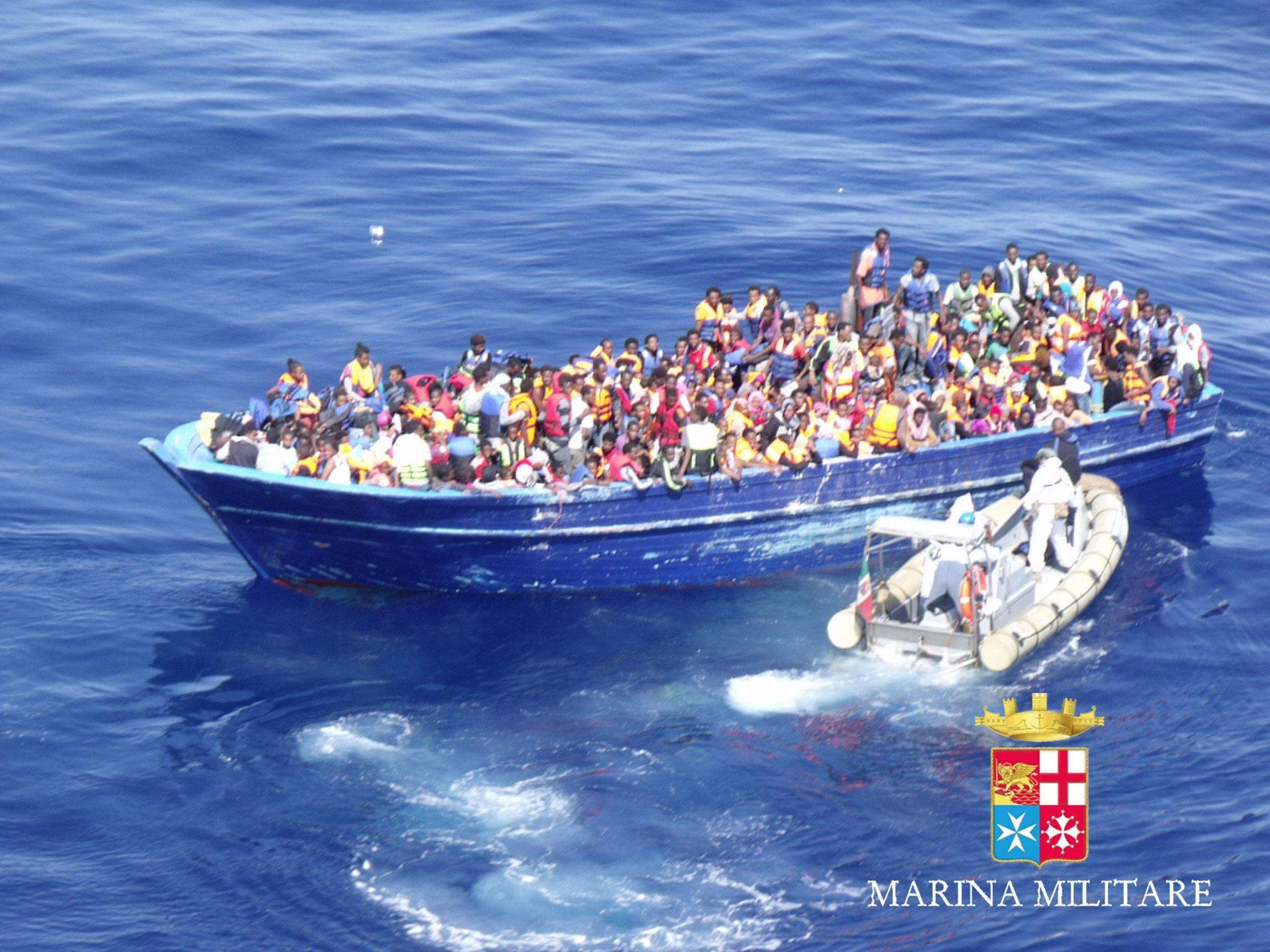 Libia, barcone alla deriva con 100 migranti a bordo: salvato da Tripoli