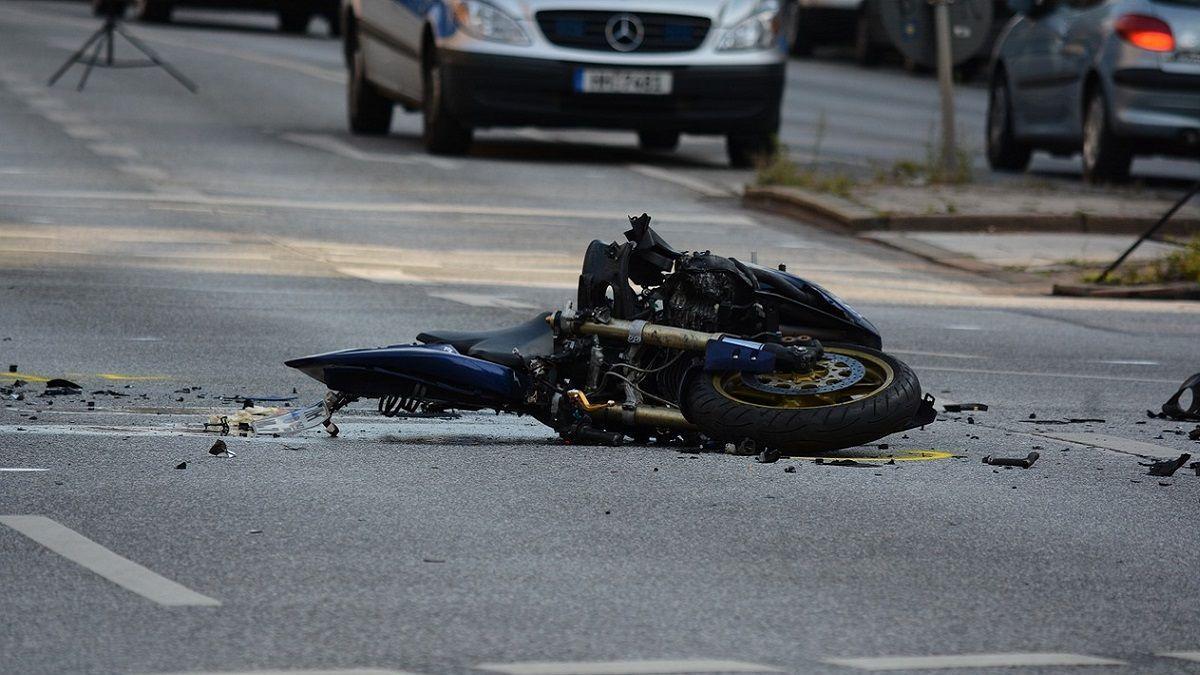 Due ragazzi si schiantano in moto contro un muro: uno è a terra l'altro gli ruba il casco e scappa