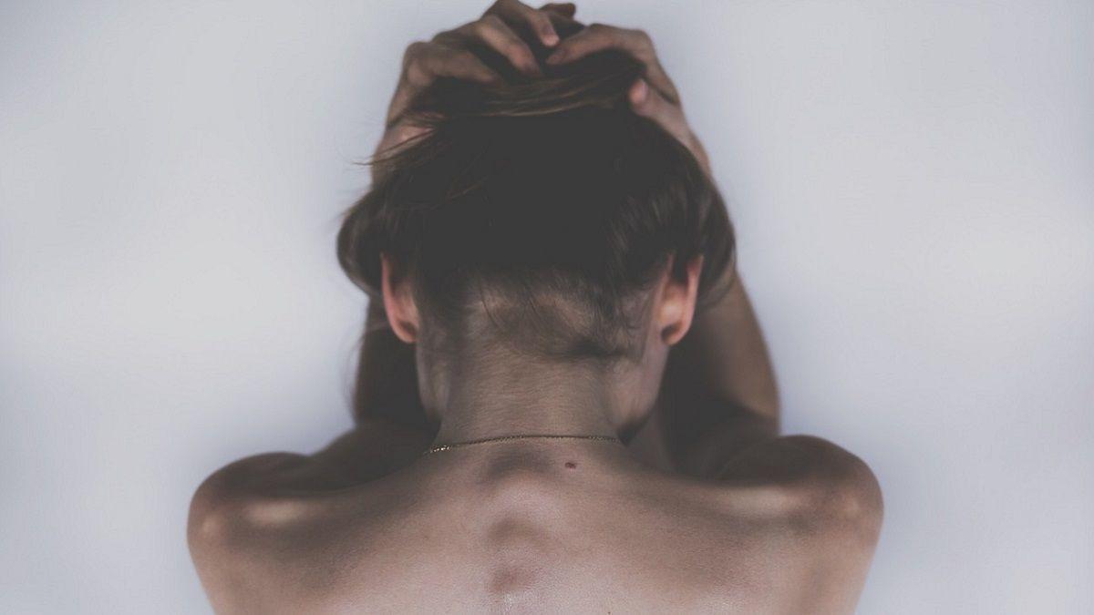Regalo shock per l'amico: gli 'offre' una donna e la violentano insieme davanti a suo figlio