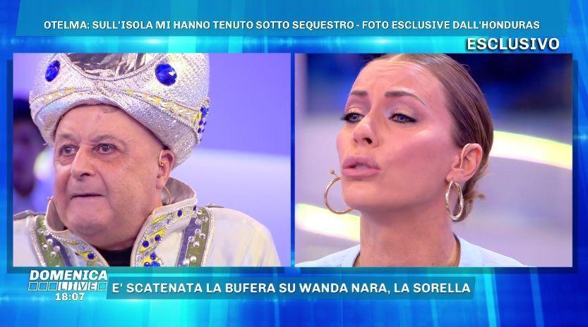 Domenica Live, Divino Otelma vs Karina Cascella: 'Nel tua testa solo segatura e gossip'
