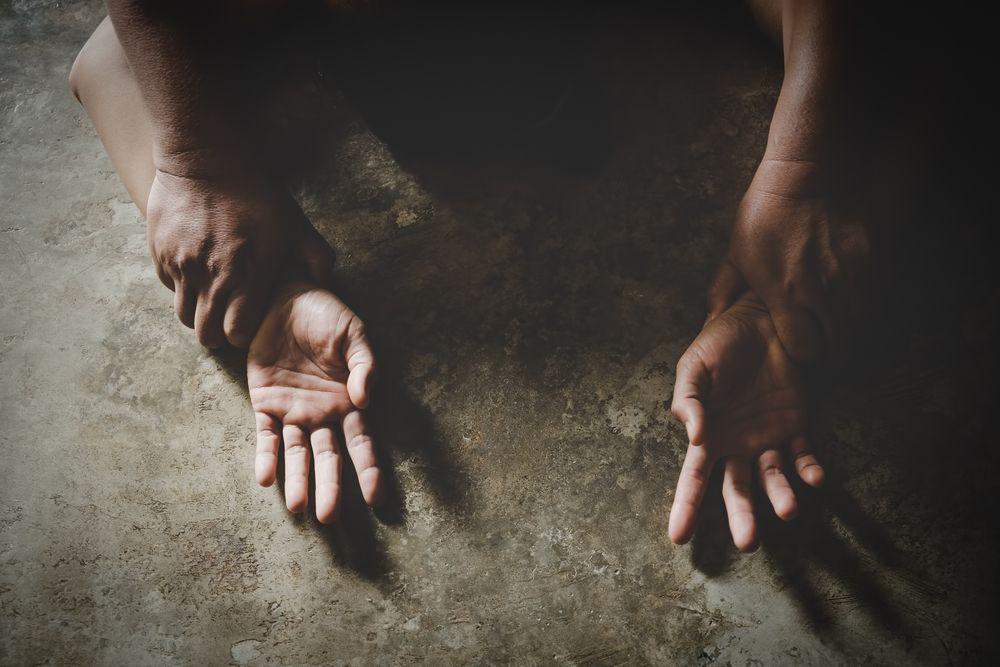 Ragazzina stuprata da madre e patrigno dopo la festa di compleanno