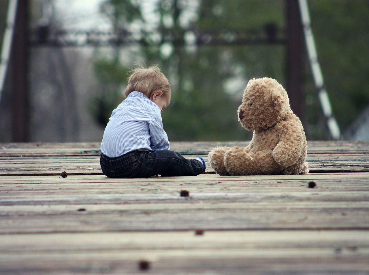 """A 8 anni da solo in strada: """"Mamma non mi vuole più"""""""