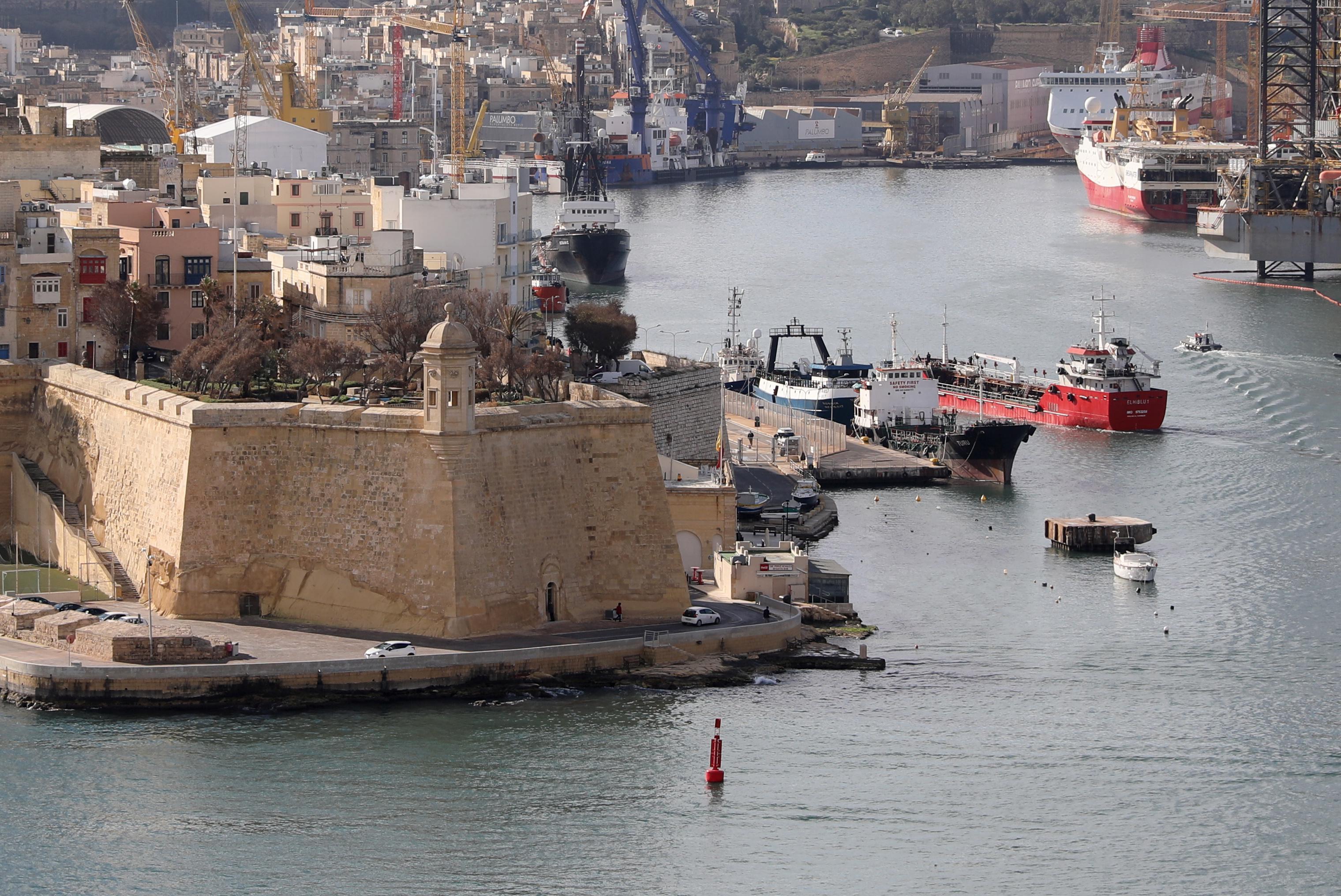 Malta, mercantile dirottato dai migranti attracca dopo l'intervento dei militari
