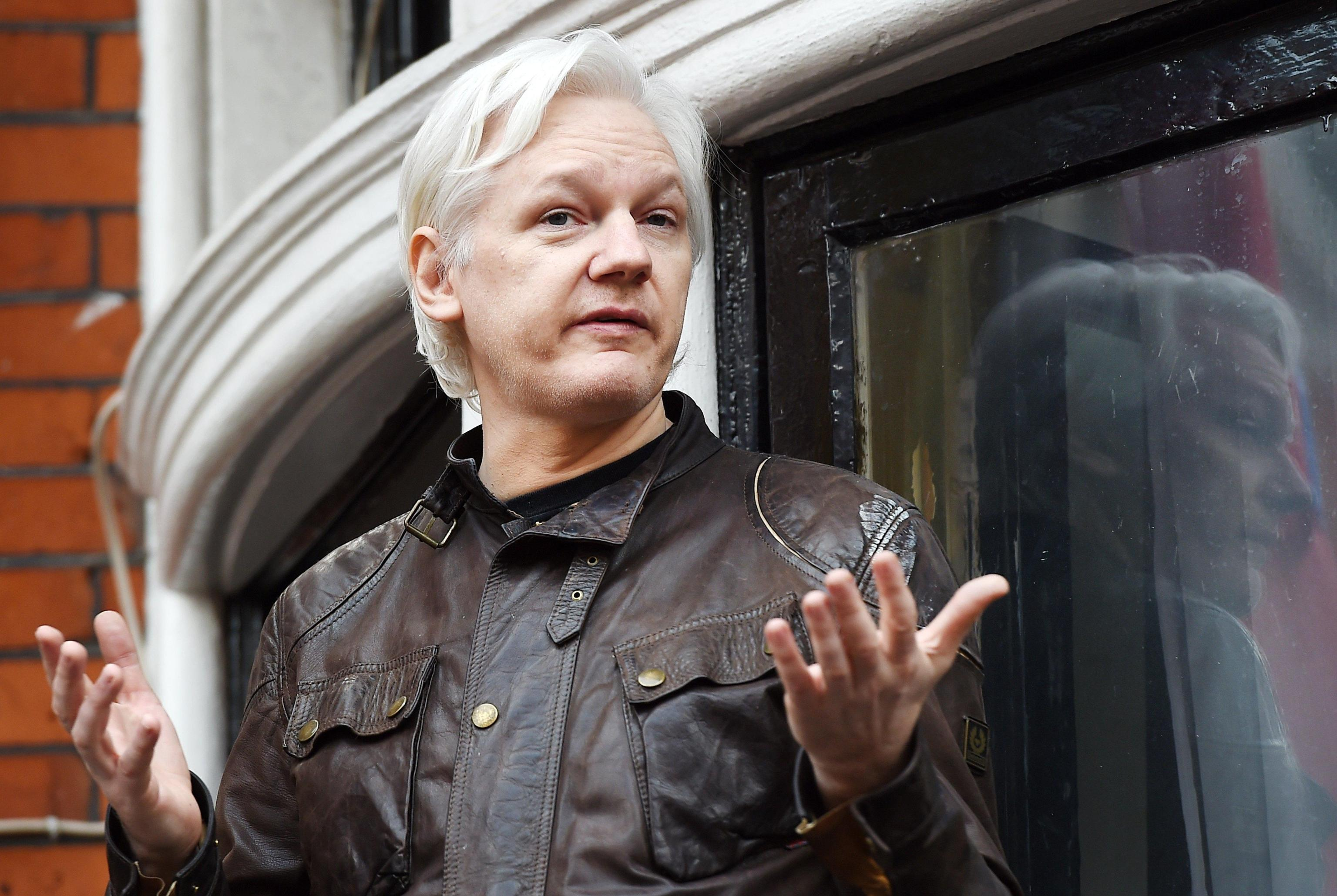 Julian Assange arrestato a Londra: l'Ecuador non protegge più l'uomo di Wikileaks