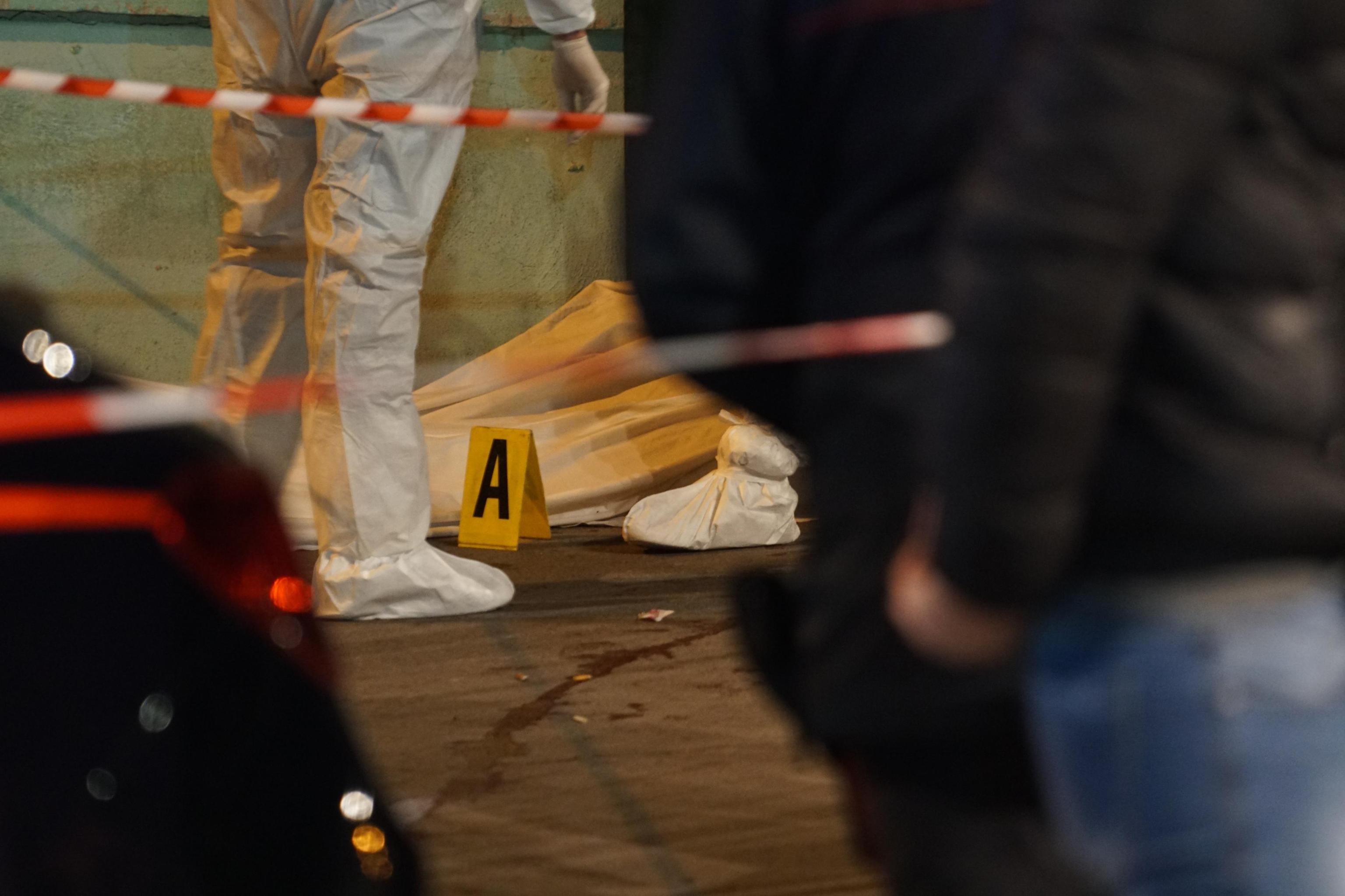Napoli, sparatoria davanti una scuola: ucciso un uomo, ferito il figlio