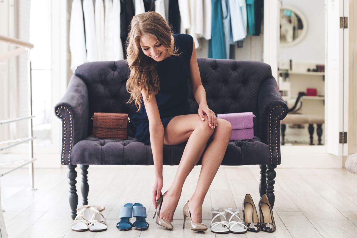 scarpe da donna indossate in un negozio