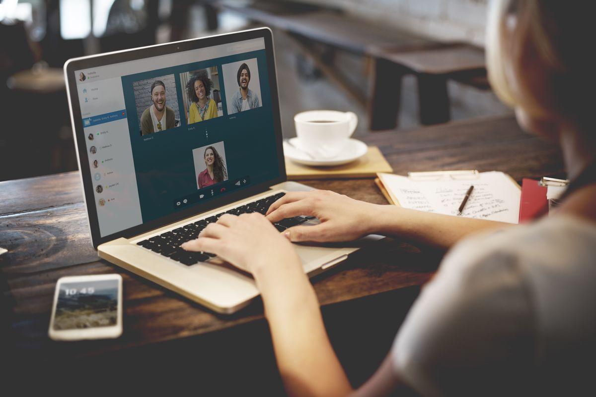 Un gruppo di persone impegnato in videochiamate di gruppo zoom