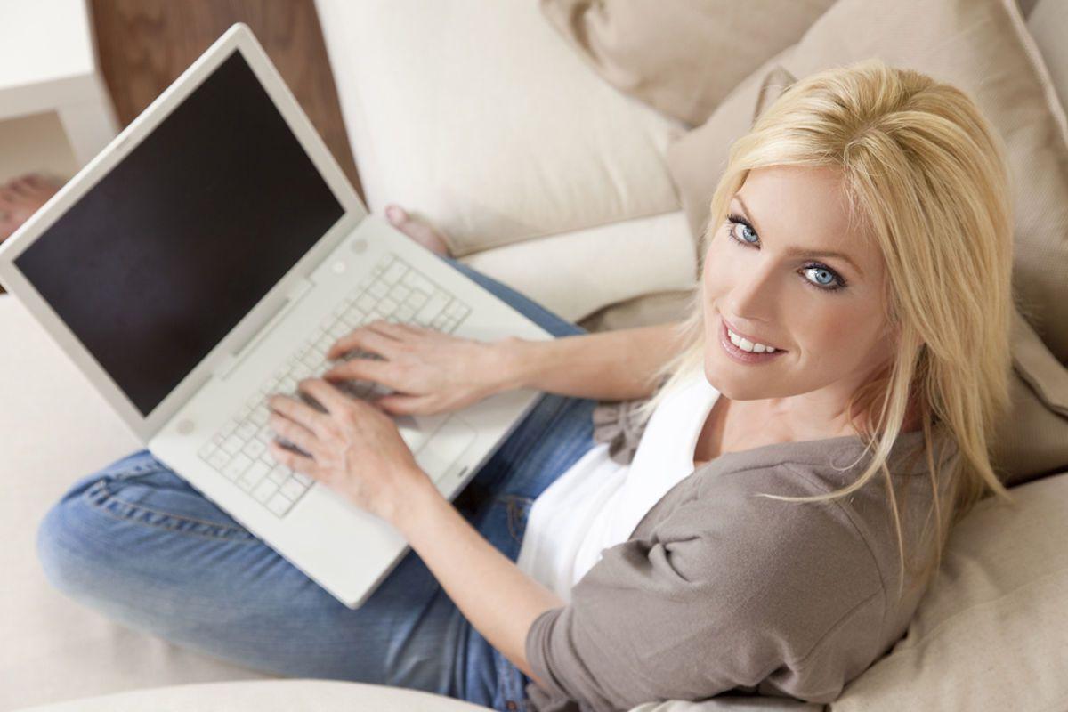 Lavorare da casa: ragazza che lavora con il computer sul divano