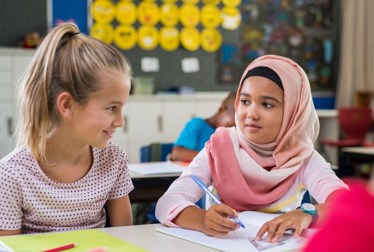 Multiculturalità: due bambine di culture diverse