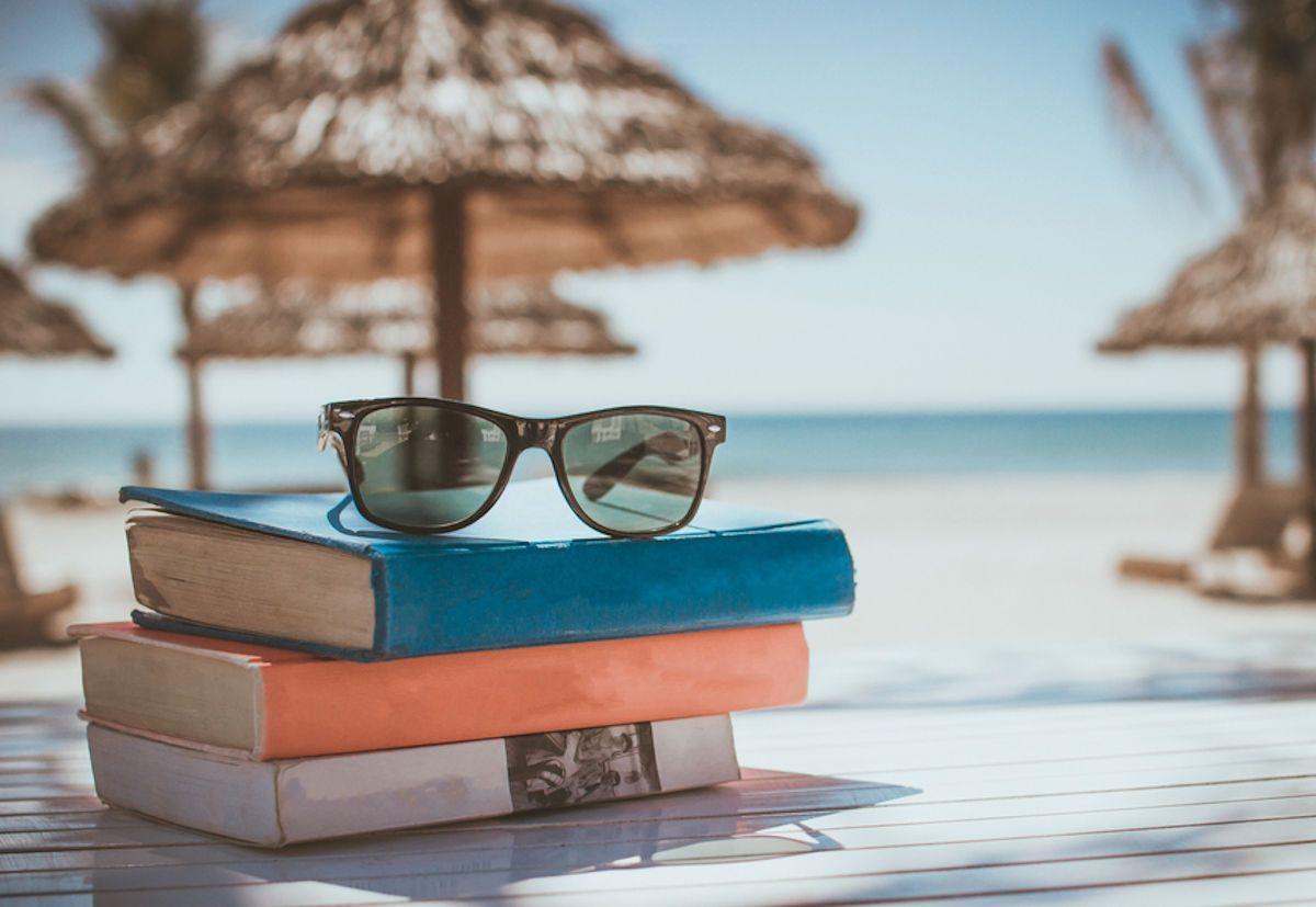 Libri sotto l'ombrellone: 10 best seller da leggere assolutamente nella vita