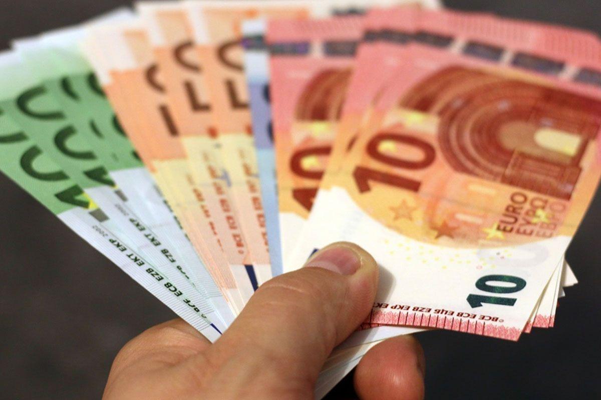 pagamenti contanti: mano con soldi