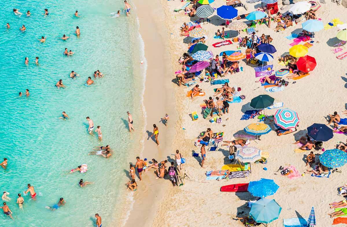 Ferragosto in spiaggia al tempo del Covid fra divieti e controlli