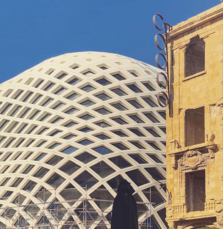 Beirut, in fiamme un edificio progettato da Zaha Hadid