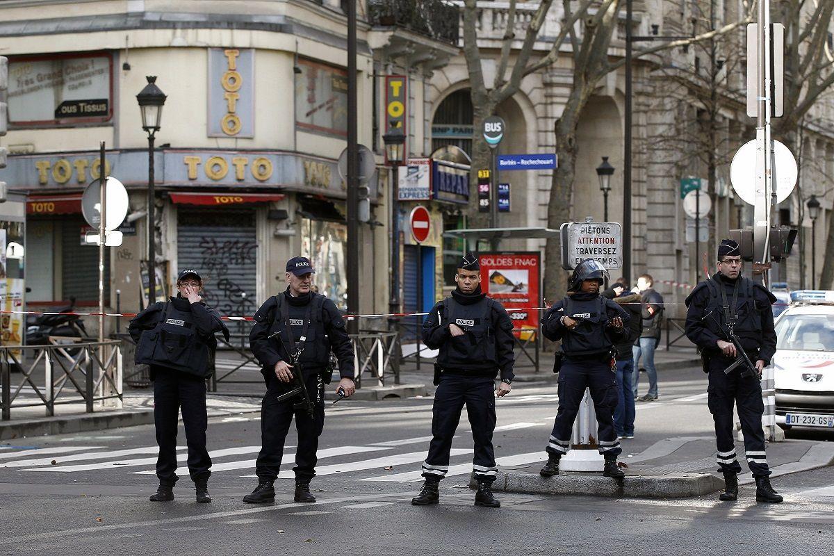 Parigi, due feriti a colpi di mannaia vicino alla vecchia sede di Charlie Hebdo: fermati i presunti autori