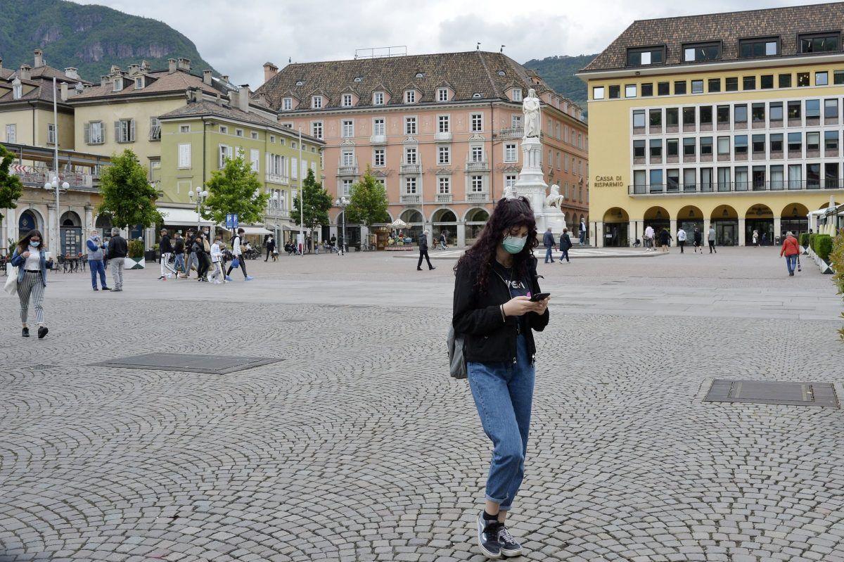 Una delle piazze della città di Bolzano (Alto Adige) durante il lockdown dove tutti indossano la mascherina