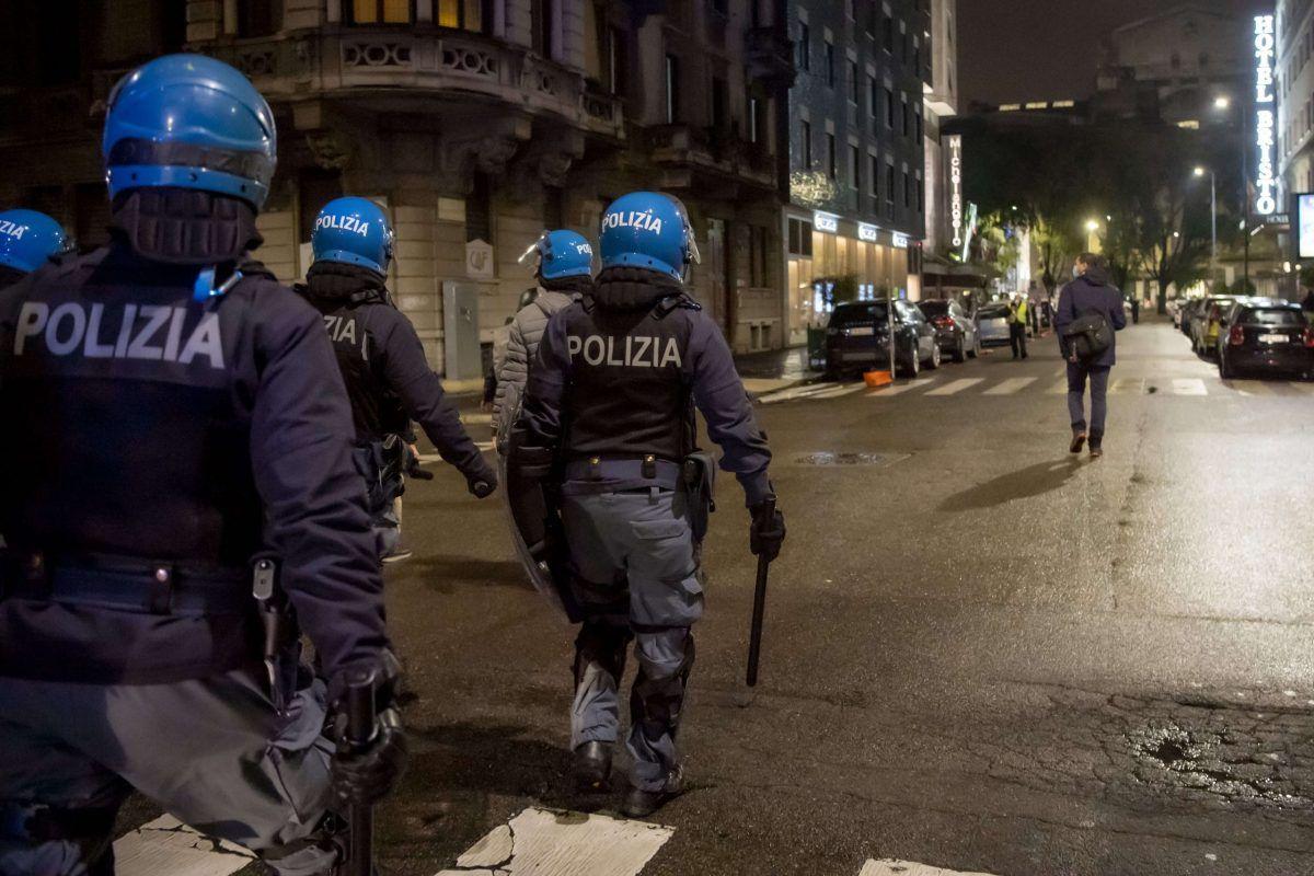 Poliziotti in assetto antisommossa durante le proteste a Milano del 26 ottobre 2020