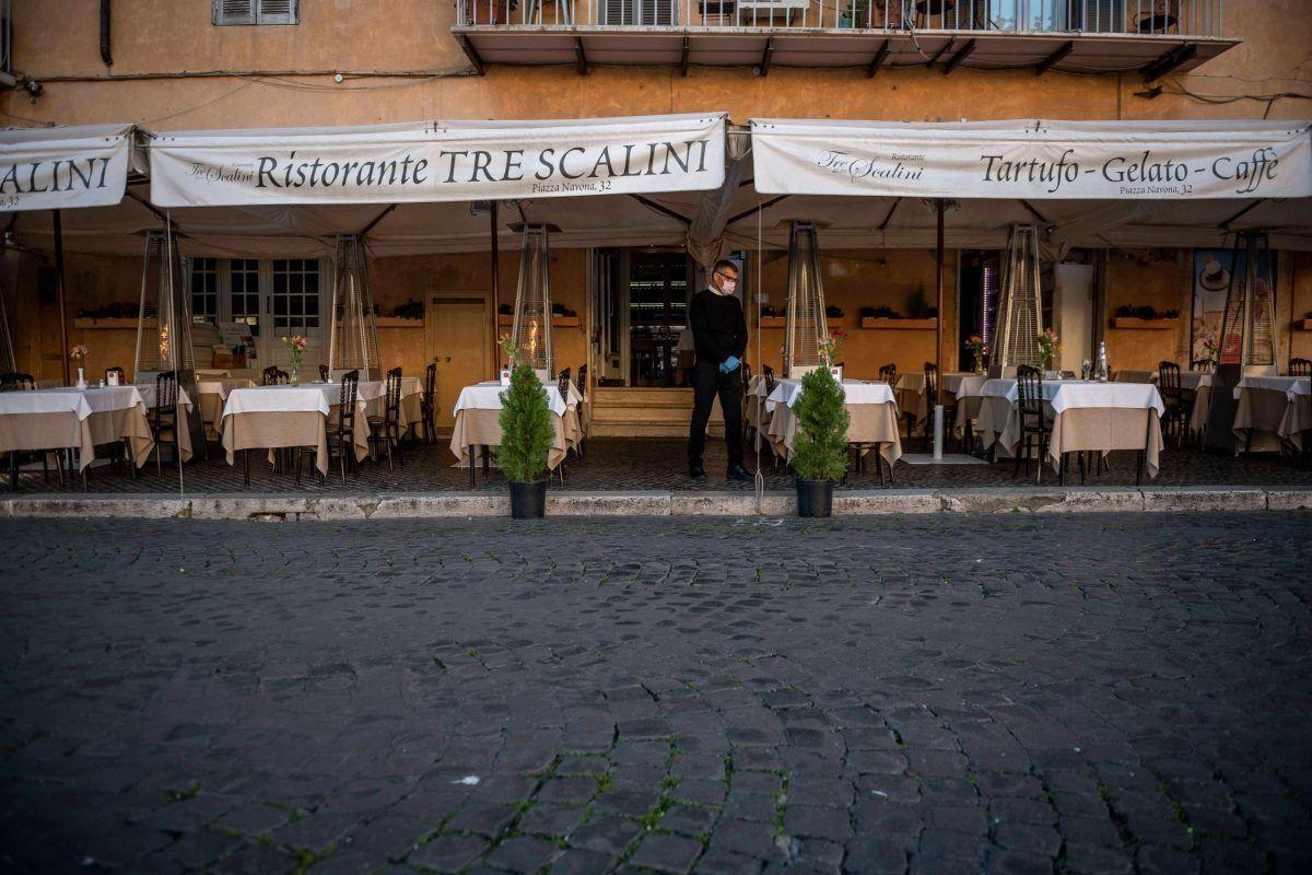 Un ristorante romano vuoto durante la pandemia