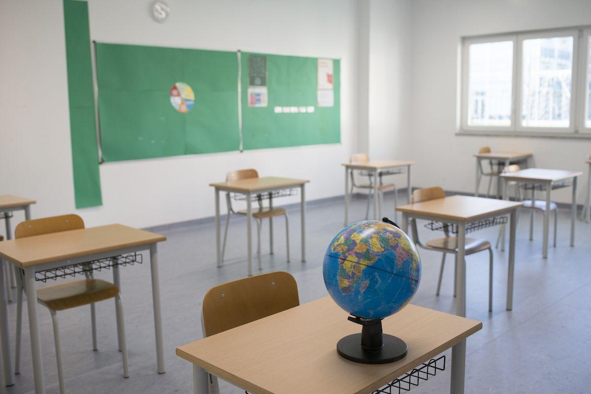 aula scuola vuota banchi covid-19