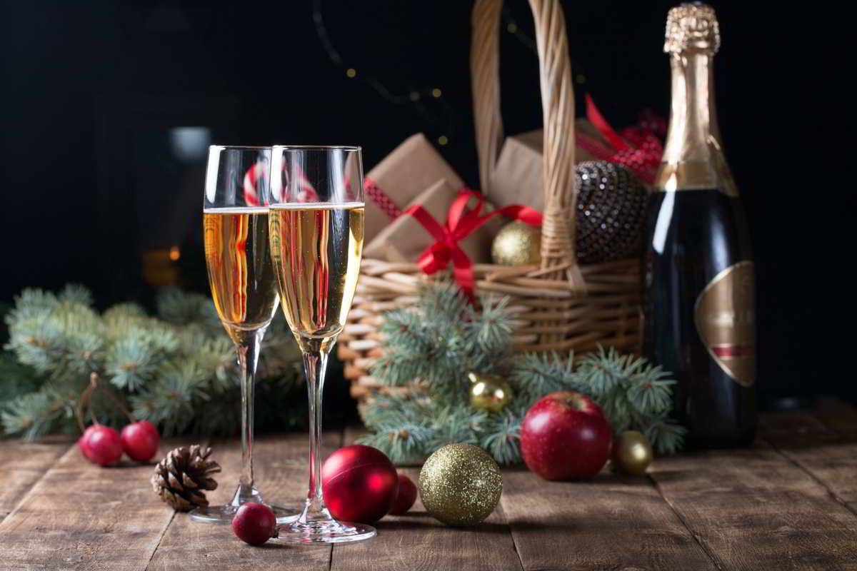 cesto natalizio su tavola delle feste