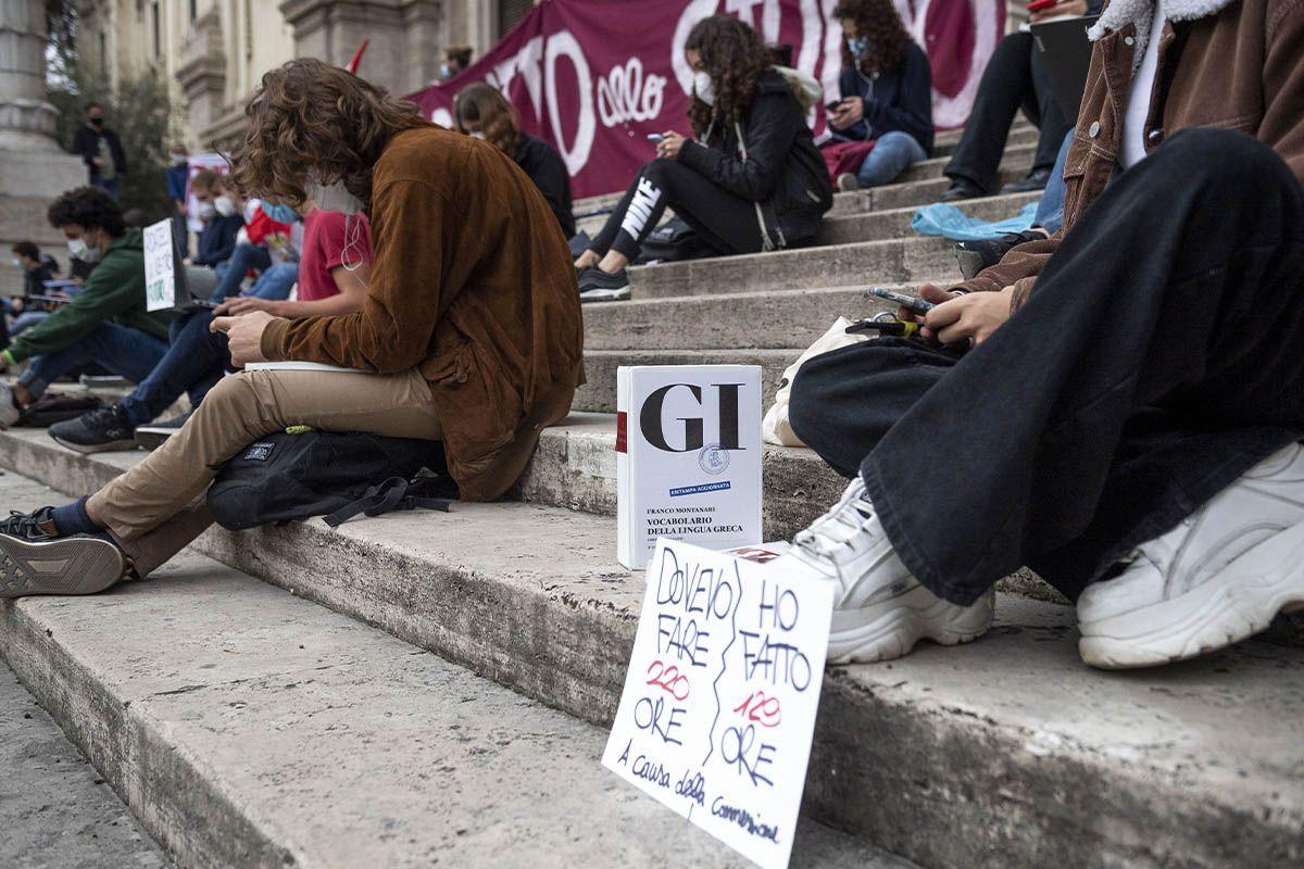 """""""Schools for Future"""", gli studenti contro la didattica a distanza"""
