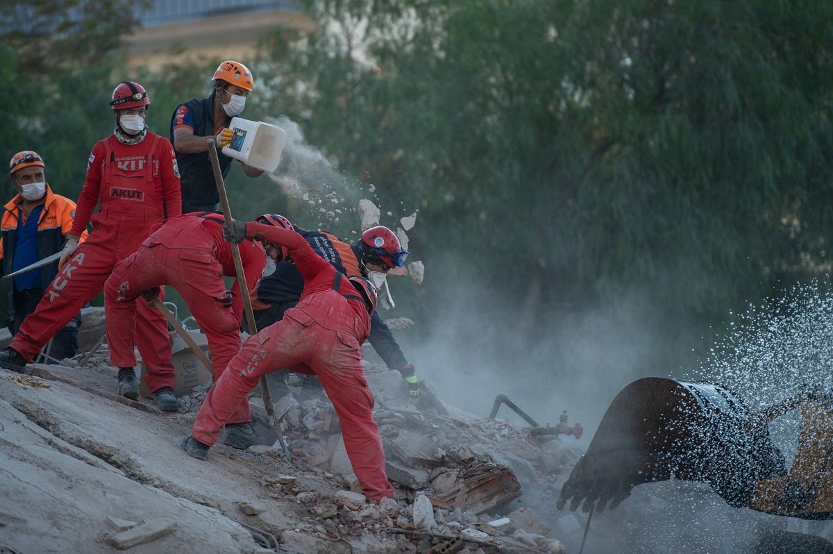 Terremoto Egeo, estratta viva una bimba di 3 anni: era sotto le macerie da 65 ore