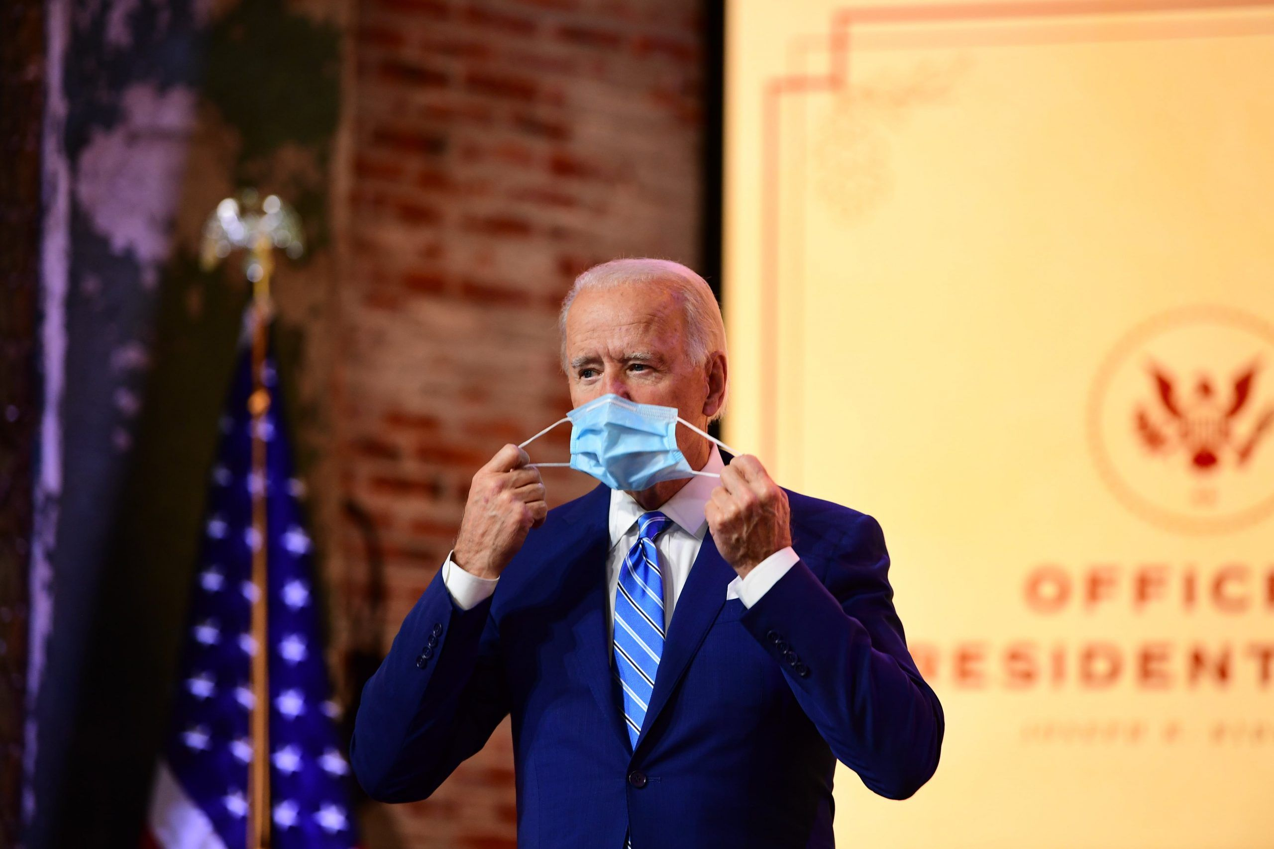 Biden mentre indossa la mascherina