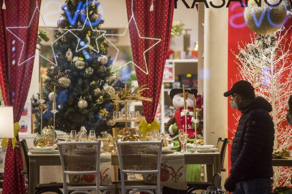 Shopping natalizio per le vie di Bologna il 1° dicembre 2020