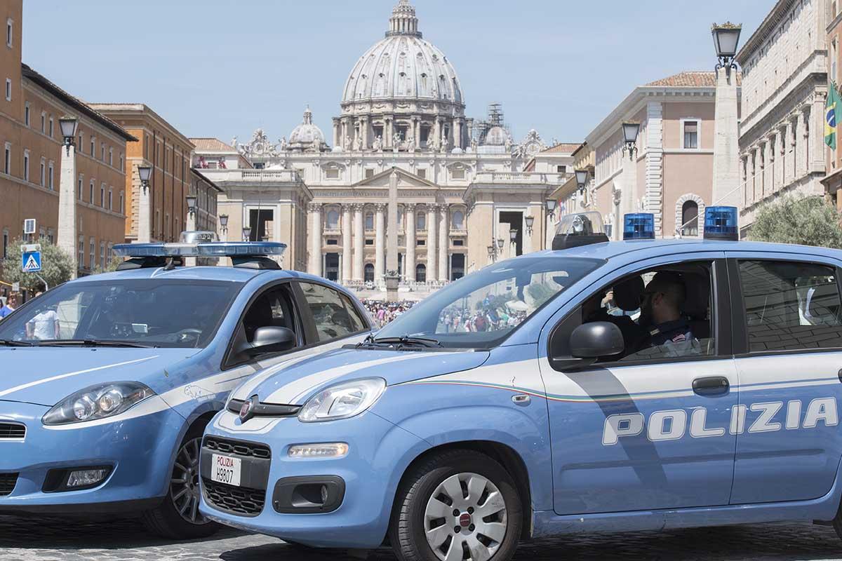 auto polizia piazza san Pietro Roma vaticano
